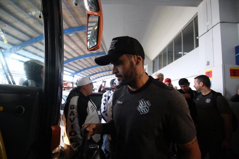 Jogadores deixaram o Aeroporto Hercílio Luz por volta de 11h35 desta quarta-feira (21) - Anderson Coelho/ND