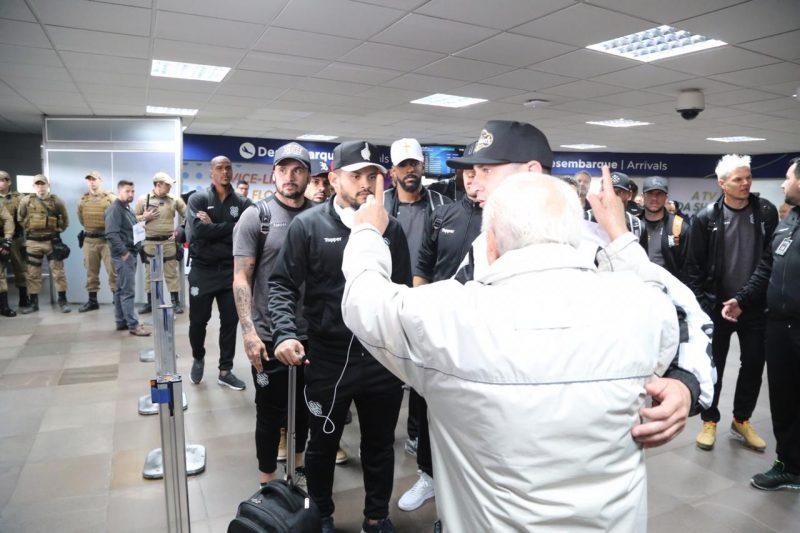 Jogadores chegam ao Aeroporto Hercílio Luz, em Florianópolis, na manhã desta quarta-feira (21) - Anderson Coelho/ND