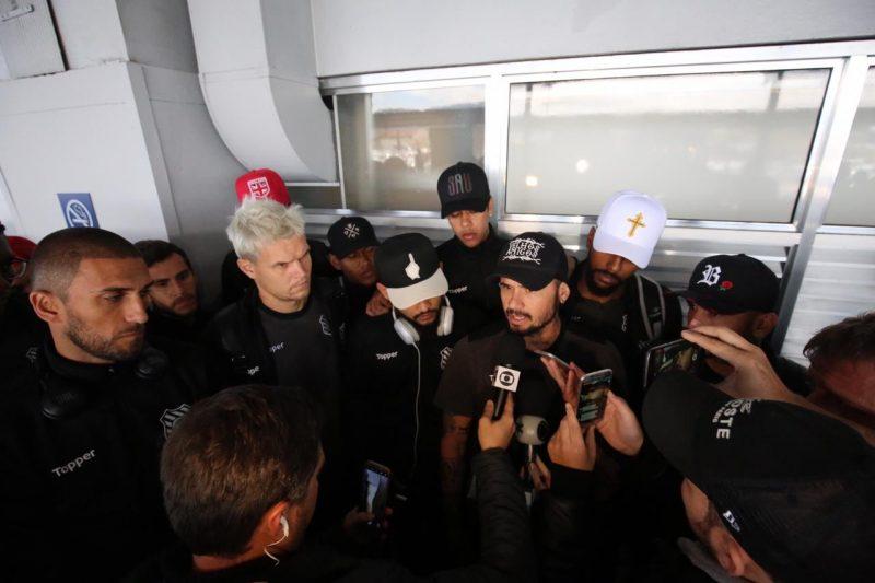 Jogadores conversam com a imprensa sobre decisão de não entrar em campo em Cuiabá - Anderson Coelho/ND