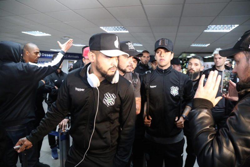 Jogadores chegam a Florianópolis após decidirem por WO em jogo que ocorreria em Cuiabá - Anderson Coelho/ND