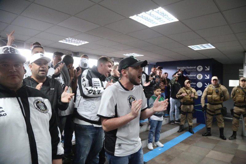 Torcedores recebem jogadores do Figueirense com aplausos - Anderson Coelho/ND