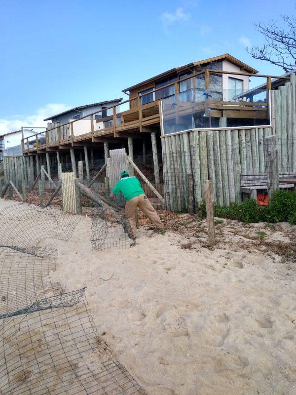 Fiscal da Floram trabalha para fazer a retirada da cerca colocada de forma irregular – Floram/Divulgação