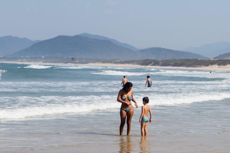 Famílias curtiram o calor na praia da Joaquina - Flavio Tin/ND