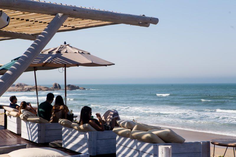 Em meio ao calor, lugar à sombra fez a diferença para quem foi curtir o dia na praia Mole - Flavio Tin/ND