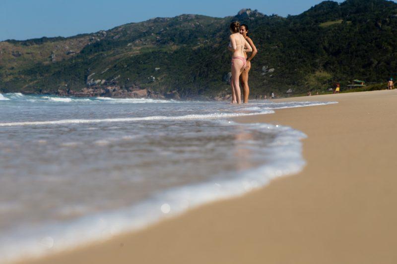 Banho de mar foi uma boa alternativa para quem procurou fugir do calor nesta quinta-feira - Flavio Tin/ND
