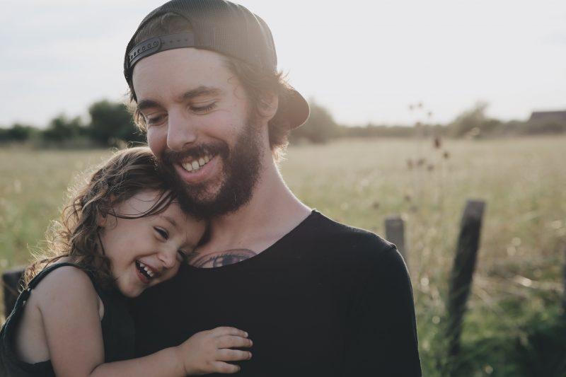 Demonstrar afeto e estar presente é de fundamental importância na criação de filhos equilibrados - Caroline Hernandez/Unsplash/Divulgação