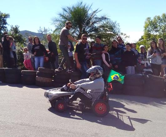 Com um carrinho de supermercado e outras sucatas achadas no lixo, o gari Denis Robson Klein construiu sozinho seu carrinho personalizado. - Mônica Andrade/ND