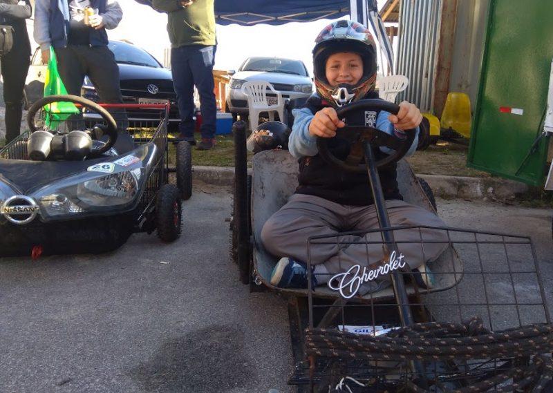Usando um carrinho de mão, Denis ainda fez um veículo para os filhos, que acompanharam o pai na descida. - Mônica Andrade/ND