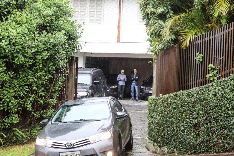 Movimentação de carros e assessores na garagem da residência oficial, localizada em bairro nobre da cidade de Florianópolis – Divulgação/ND