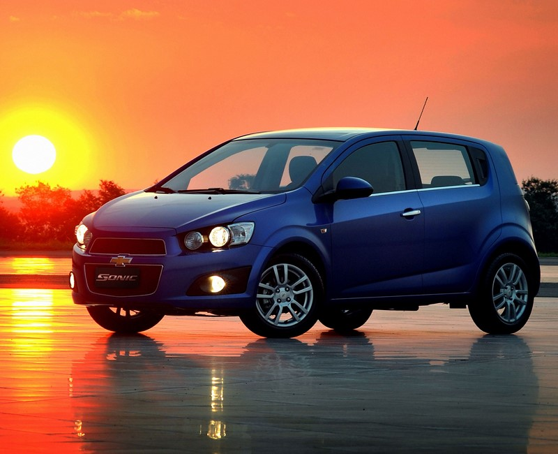 Chevrolet Sonic: lançado em 2012, podia ser comprado como hatch ou sedã. Nunca conseguiu muito destaque, deixando o mercado em 2014 - Foto: Divulgação - Foto: Divulgação/Garagem 360/ND