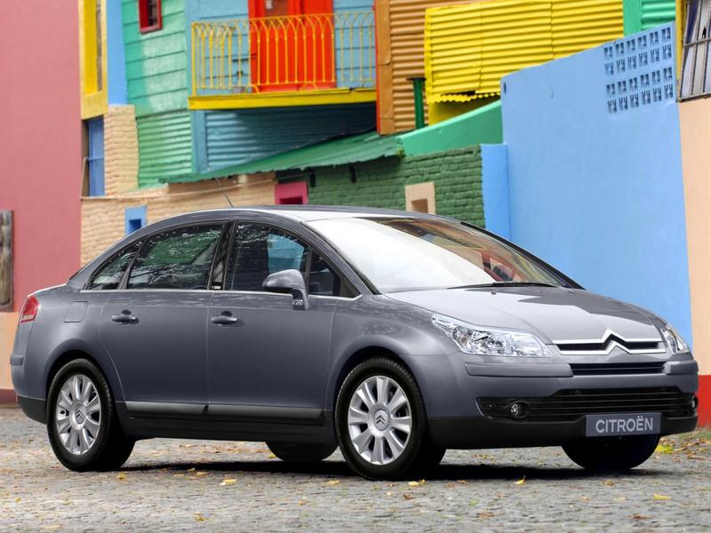 Citroën C4 Pallas: outro lançamento de 2007, ele tinha como objetivo disputar a liderança com os japoneses Honda Civic e Toyota Corolla. Porém, nem mesmo o amplo espaço interno cativou o público. Deixou o mercado em 2013, sendo sucedido pelo C4 Lounge - Foto: Divulgação - Foto: Divulgação /Garagem 360/ND