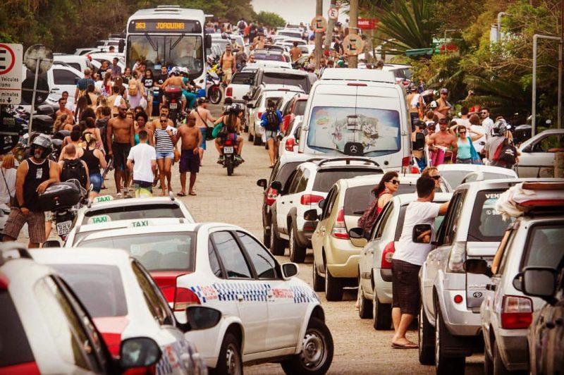 Trânsito parado na saída do Hangloose Pro 2016, na praia da Joaquina - Flávio Tin/ND