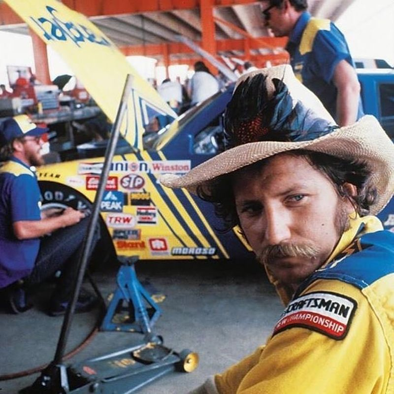 Dale Earnhardt foi uma lenda da Nascar, tendo pilotado na categoria entre 1975 e 2001. Morreu após sofrer um acidente na última volta das 500 milhas de Daytona de 2001 - Foto: Reprodução/Instagram - Foto: Reprodução/Instagram/Garagem 360/ND