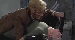 """Numa Londres aterrorizada pelo """"Assassino da Gravata"""", maníaco sexual que mata suas vítimas após estuprá-las, Richard Ian Blaney (Jon Finch), um ex-piloto da Força Aérea Britânica amargurado e alcoólatra, torna-se o principal suspeito dá série de crimes e tenta provar sua inocência. Este é o argumento de """"Frenesi"""" - Divulgação/ND"""