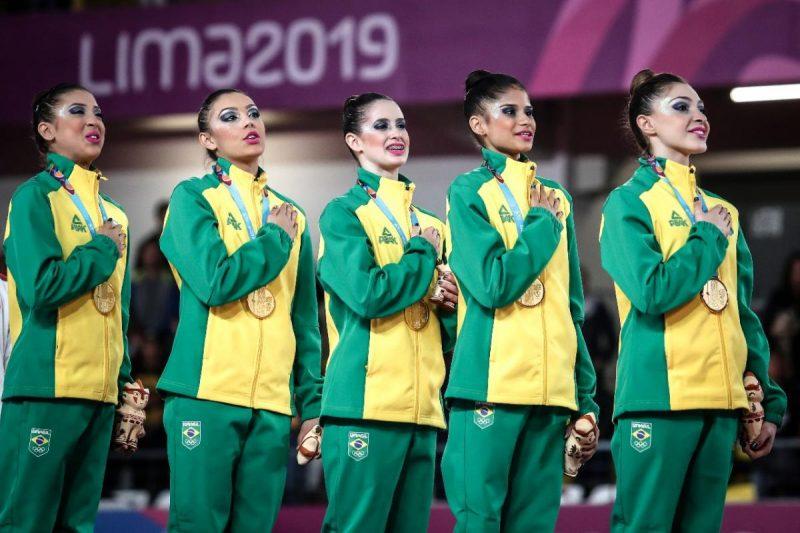 Catarinense Beatriz Linhares da Silva (centro) conquistou medalha de ouro na ginástica rítmica na prova de equipes de três arcos e dois pares de maças – Wander Roberto/COB