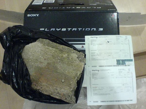 Depois de comprar um PlayStation 3 de um varejista brasileiro, Bjornn Borg viu o console parar de funcionar. Então, ele devolveu à empresa, que lhe enviou outro produto sem o jogo que estava dentro do primeiro. Ele reclamou novamente e, na terceira vez, recebeu somente a caixa com uma grande pedra dentro. - Crédito: reprodução da internet /33Giga/ND