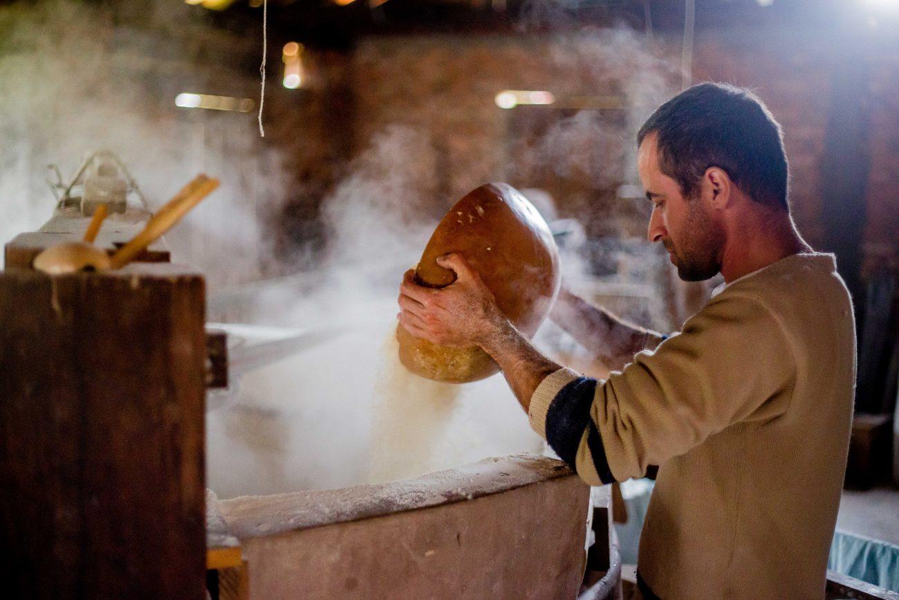 Após passar pela peneira, a farinha está pronta para ser assada no forno, em pequenas quantidades - Flavio Tin/ND