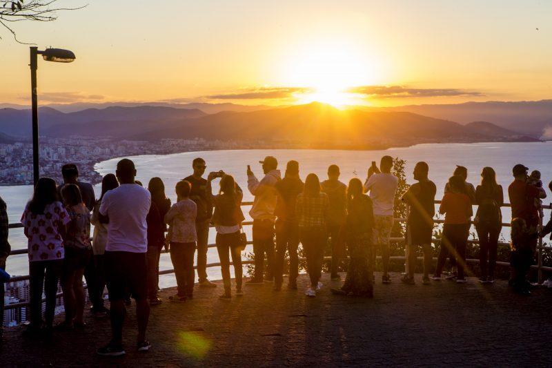 Florianópolis e o belo pôr do sol no mirante do morro da cruz – Foto: Flavio Tin/ND