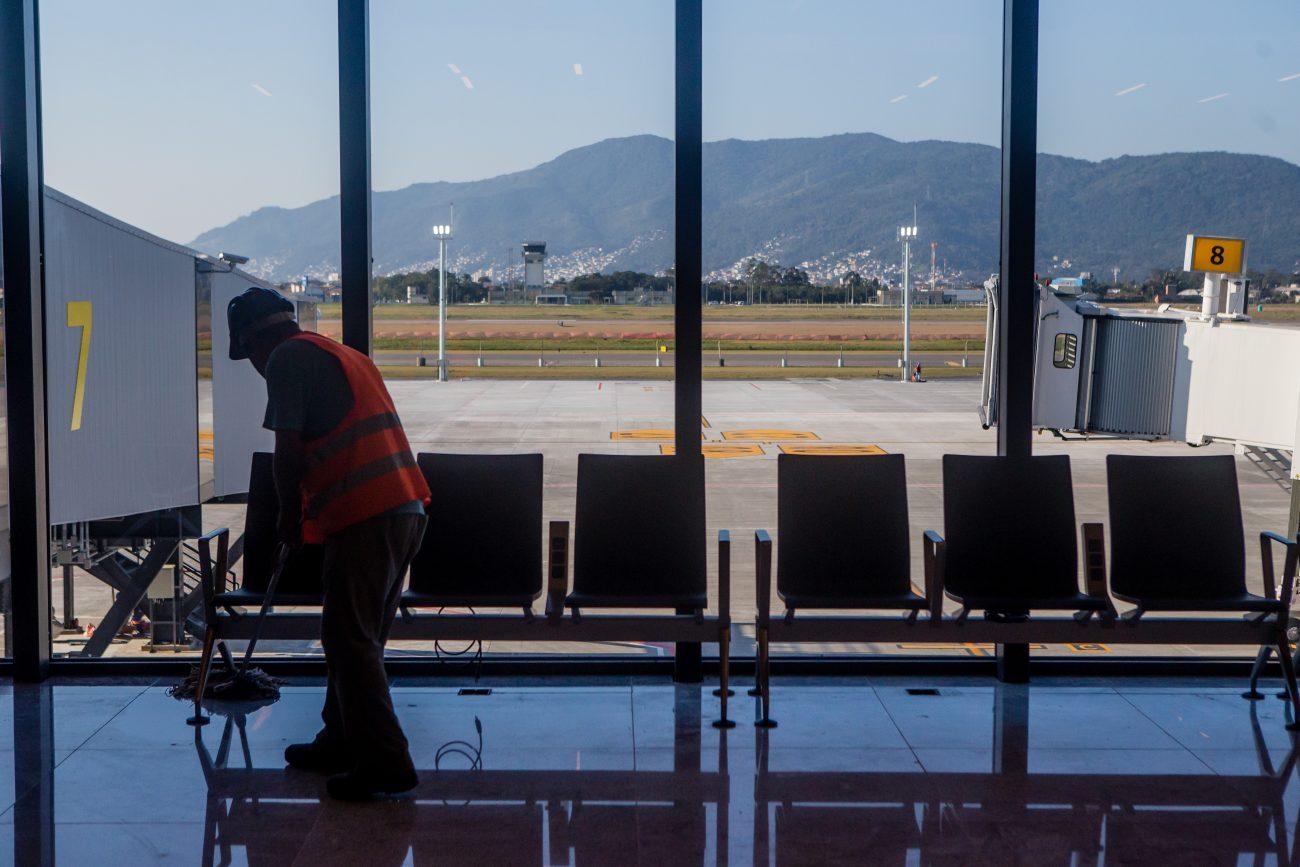 Sala de espera com vista para o pátio de aeronaves - Flavio Tin/ND