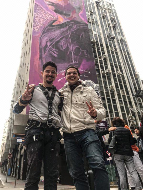 Marcelo Bohrer e Thiago Valdi em frente ao mural que homenageia Antonieta de Barros – Divulgação/ND