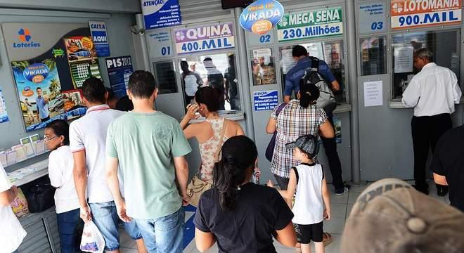 FGTS - Quem não tem conta na Caixa poderá fazer o saque de até R$ 100 em uma lotérica com o CPF e o documento de identificação - Portal R7/ND