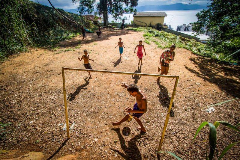 Crianças jogam futebol no Morro do Céu, em Florianópolis - Foto Flavio Tin/ND