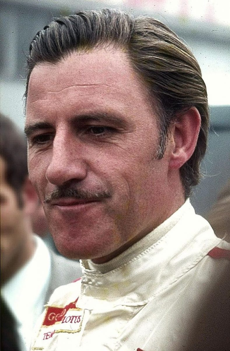 Graham Hill, umas das maiores lendas da F1, é o pai de Damon Hill. Dono de dois campeonatos mundiais (1962 e 1968), ele morreu em 1975, vitima de um acidente de avião - Foto: Lothar Spurzem - Originally from de.wikipedia; description page is (was) herefirst upload in de wikipedia on 22:01, 14. Jun 2006 by Spurzem (892 x 1358 (290.848 Byte) (* Bildbeschreibung: Graham Hill 1969 * Fotograf: Lothar Spurzem * Datum: August 1969 Bild-CC-by-sa/2.0/de), CC BY-SA 2.0 de, Hiperligação - Foto: Lothar Spurzem - Originally from de.wikipedia; description page is (was) herefirst upload in de wikipedia on 22:01, 14. Jun 2006 by Spurzem (892 x 1358 (290.848 Byte) (* Bildbeschreibung: Graham Hill 1969 * Fotograf: Lothar Spurzem * Datum: August 1969 Bild-CC-by-sa/2.0/de), CC BY-SA 2.0 de, Hiperligação/Garagem 360/ND