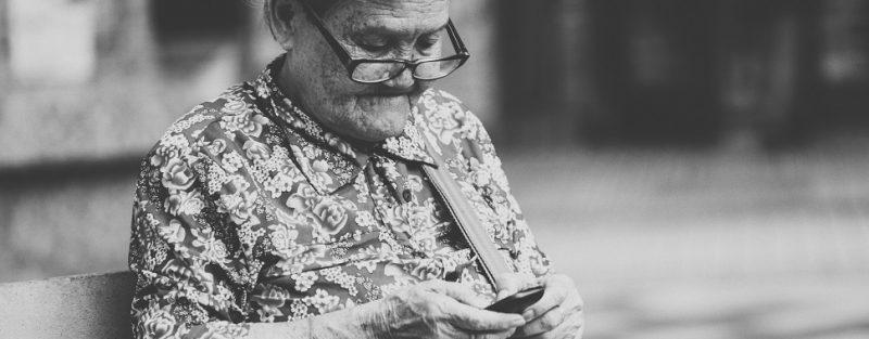 Terceira idade: 26% dos idosos combatem a solidão com redes sociais - Photo by Joseph Chan on Unsplash
