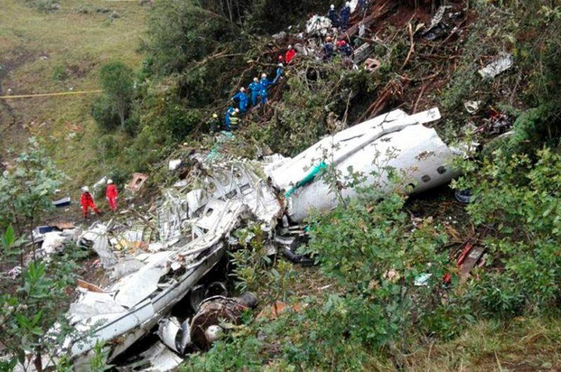 Trabalho de resgate dos destroços do avião que levava a equipe da Chapecoense – Foto: Polícia de Medellín/divulgação