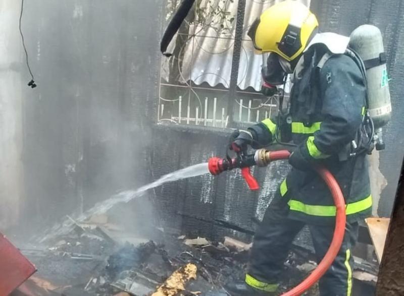 Bombeiros levaram cerca de 10 minutos até localizar a idosa dentro da casa – CBMSC/Divulgação