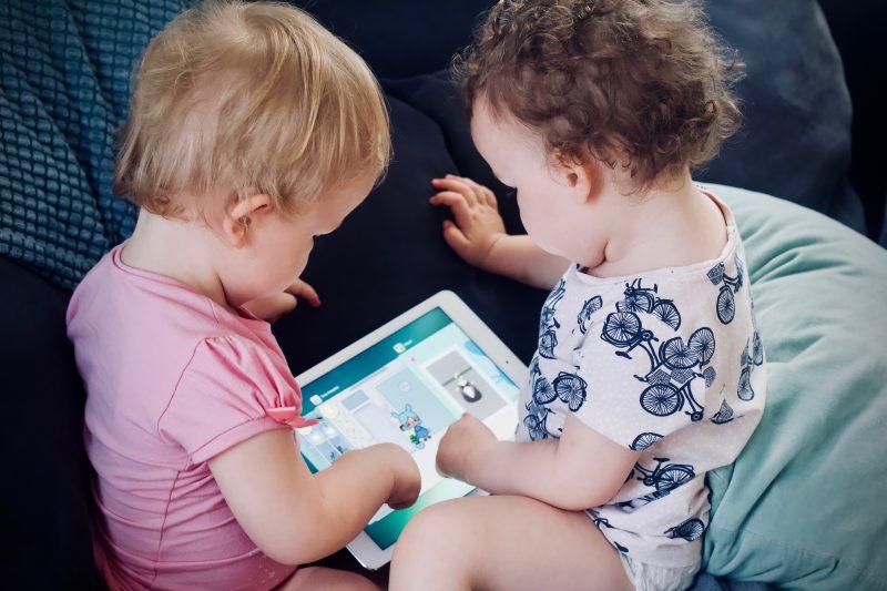 Controle do uso de eletrônicos deve respeitar idade dos filhos - Jelleke Vanooteghem/Unsplash/Divulgação