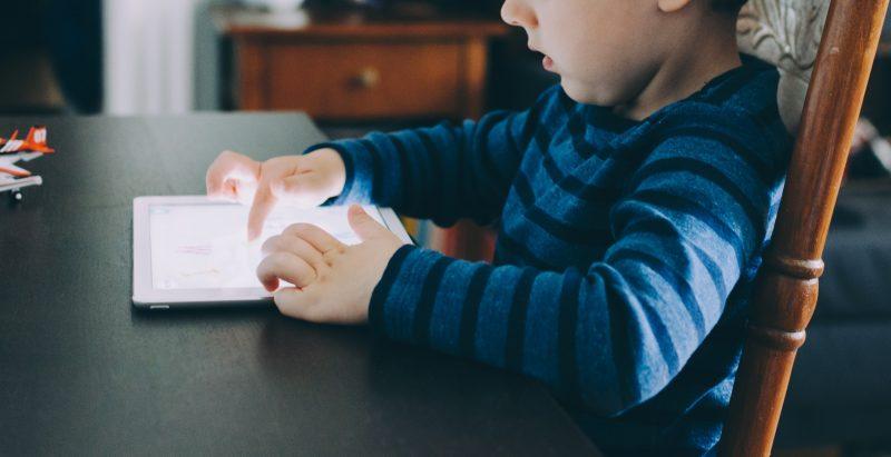 Pais têm a obrigação de acompanhar o que os filhos acessam e o tempo que permanecem na internet - Kelly Sikkema/Unsplash/Divulgação