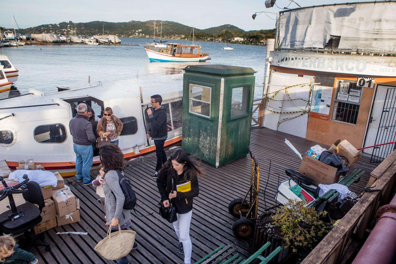 Moradores e turistas que visitam a Costa da Lagoa, usando os barcos como transporte, estão sem ponto de embarque e desembarque na Lagoa da Conceição, em Florianópolis - Flavio Tin/ND