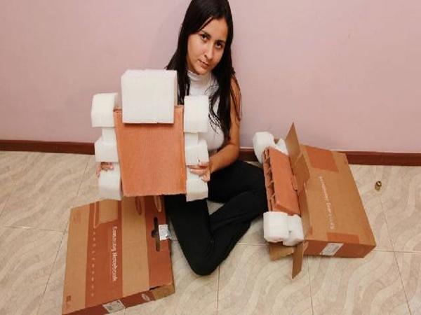 Em 2011, Bruna Xavier comprou um notebook com um grande varejista brasileiro e recebeu um tijolo. Ela entrou em contato com a empresa para fazer a troca.... e recebeu um segundo tijolo. - Crédito: Jornal Extra/33Giga/ND