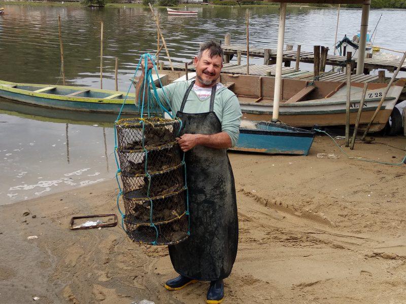 Marciel do Santos tem uma fazenda de um hectare onde cultiva ostras – Marcela Ximenes/ND