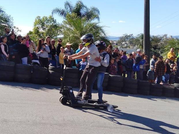 """Com uso de freio e capacete, qualquer """"veículo"""" pode descer a rua Arnaldo Bunn, até mesmo uma paleteira! - Mônica Andrade/ND"""