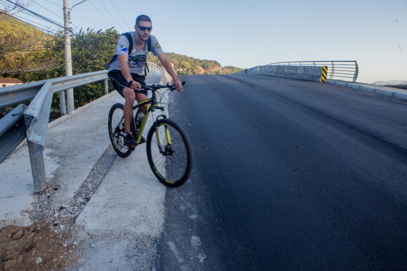 Perigo à vista: ciclista sai da ponte e entra direto no asfalto da SC-406. Foto: Flavio Tin/ND