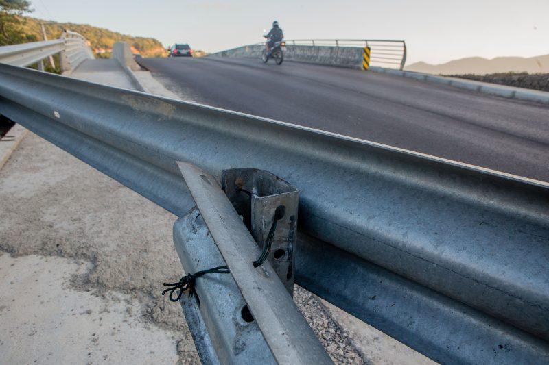 Peça de guard rail amarrado com arame aguarda serviços complementares. Foto: Flavio Tin/ND