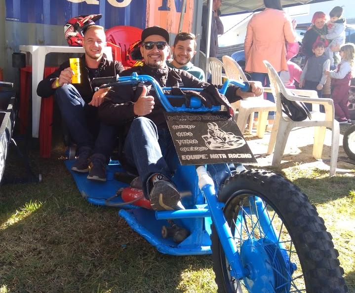 Bruno, Tiago, Ricardo e Fernando participam há quatro anos do evento, mudando apenas a cor do carrinho. A construção é artesanal e conta com o empenho de todos os integrantes. - Mônica Andrade/ND