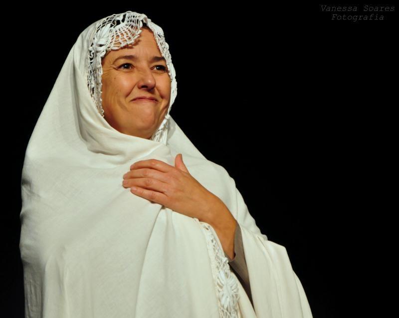 A peça Dona Bilica Açoriana traz uma história de bruxas, boi de mamão, manifestações folclóricas e cantigas antigas; todas contadas pela personagem Dona Bilica e sua companheira atrapalhada a palhaça Pina Blue. Ela faz parte da Cia. Pé de Vento, que atua em Florianópolis desde 1999. A peça será apresentada no dia 27 de setembro de 2019, às 14h30, no Teatro da UFSC. A casa fica localizada Rua Desembargador Vítor Lima, 117, na Trindade. - Prefeitura de Florianópolis/Divulgação/ND