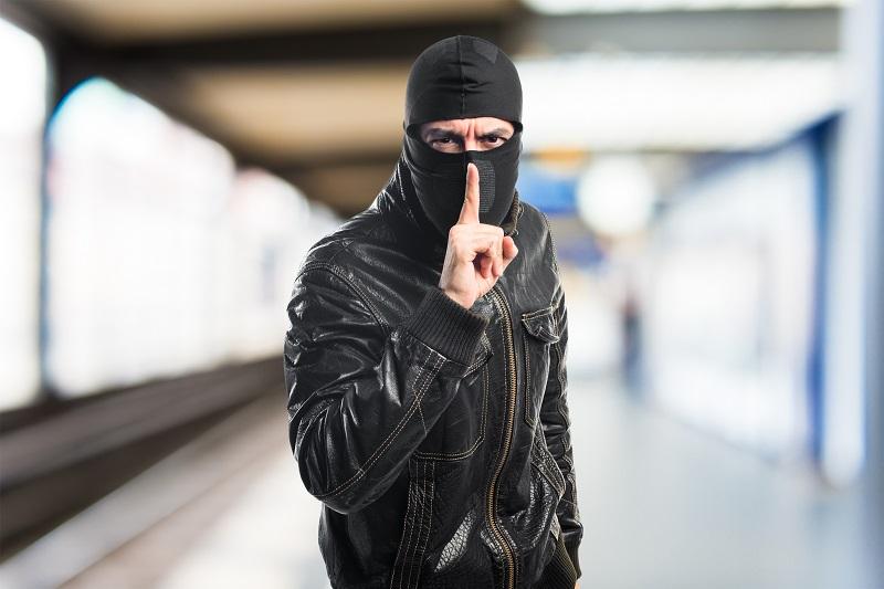 Assalto offline – Um casal britânico especializado em compra e venda de moedas virtuais foi forçado a transferir seus Bitcoins para quatro assaltantes que invadiram sua casa. Suspeita-se que os ladrões sabiam que o casal trabalhava com as criptomoedas. Isso porque, durante o assalto, os criminosos mencionaram a confiabilidade online usando os nomes reais do duo. O valor da transação não foi revelado. - Crédito: Designed by Freepik/33Giga/ND