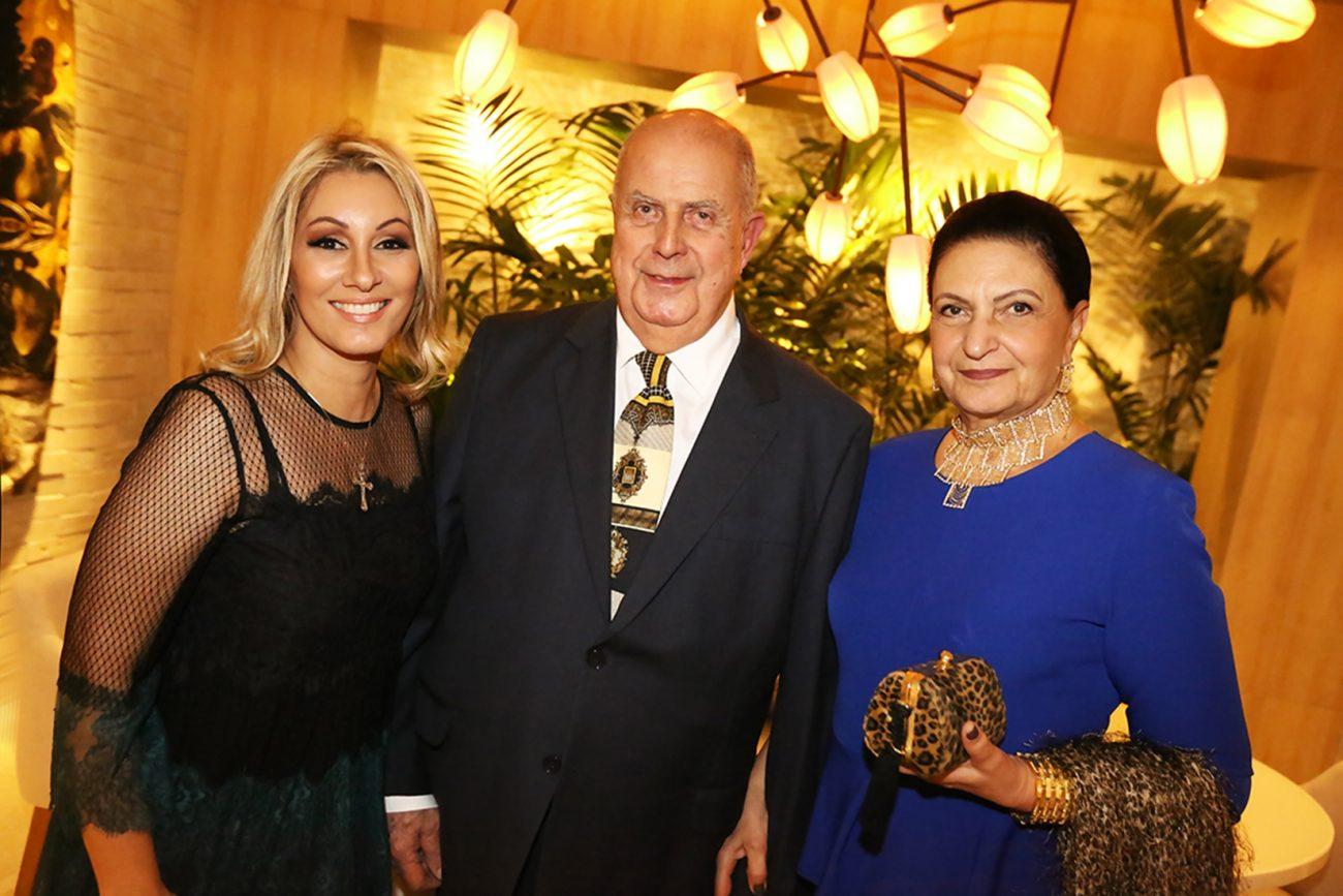 Anna Maya (à esq.) recebe Roberto Telles Ferreira e Beatriz em seu Living Rosé - Angelo Santos/Divulgação/ND