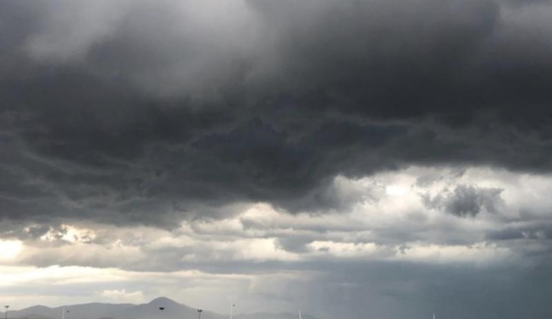 O ciclone provoca bandas de nebulosidade