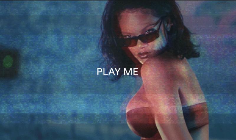 Rihanna à frente de sua linha de lingerie cuja garota propaganda é… Rihanna. – Divulgação
