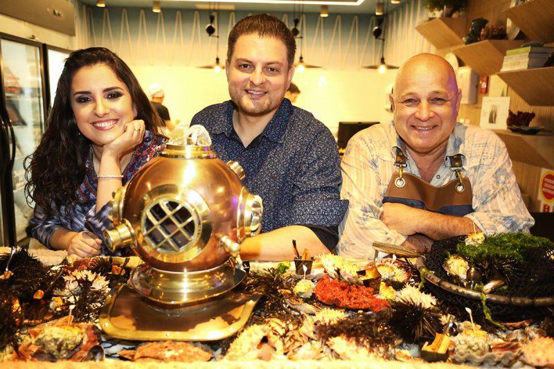Arquitetos Graziela Oliveira e Allan Chierighini, com o chef Narbal Correa (à dir.), assinam o espaço da Peixaria e Grill Gourmet, projeto inspirado nos costumes da pesca e na culinária locais - Darline Santos/Divulgação/ND