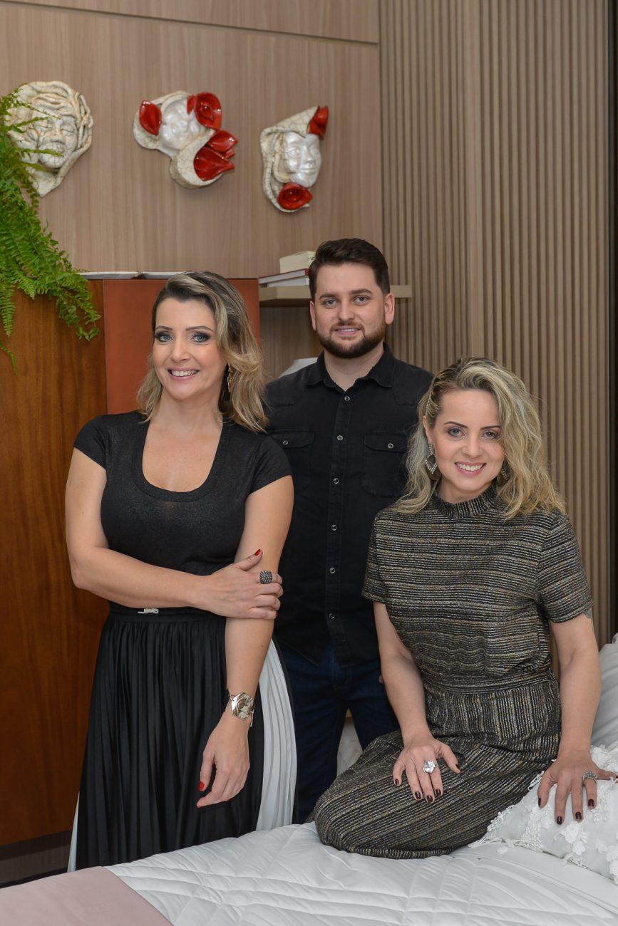 Jeane Silva (à esq.), Michael Zanghelini e Andréia Bocchi assinam o quarto Entre Fases - Carlos Alves/Divulgação/ND