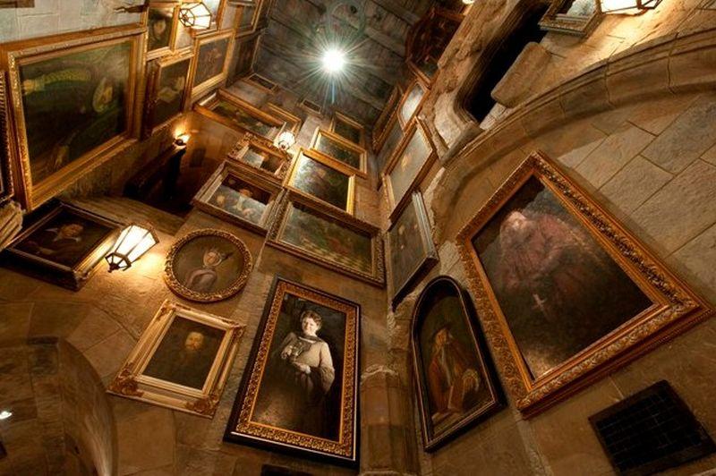 No interior do castelo dá para conferir os famosos quadros que se mexem. Eles aparecem em várias cenas dos filmes e livros do bruxinho - Divulgação - Divulgação/Rota de Férias/ND