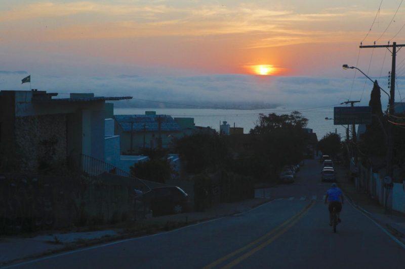 O fim de tarde dessa segunda-feira (9) reservou aos moradores de Florianópolis esse belíssimo pôr do sol - Flávio Tin/ND
