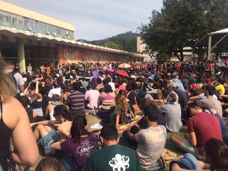 Assembleia ocorreu na tarde desta terça, na Praça da Cidadania – Luana Pillmann/Divulgação/ND