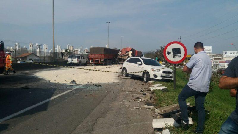 Pista totalmente bloqueada no sentido sul da BR-101 no km 134 – Divulgação/ND
